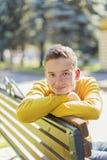 Retrato de un muchacho del adolescente en el parque Foto de archivo libre de regalías
