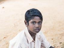 Retrato de un muchacho del adolescente del niño con la expresión triste Concepto de la pobreza de la soledad imagenes de archivo