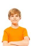 Retrato de un muchacho en camisa anaranjada en blanco fotos de archivo