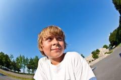 Retrato de un muchacho en el parque del patín Imagen de archivo