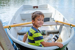 Retrato de un muchacho en un barco fotografía de archivo libre de regalías