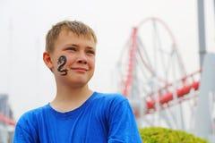 Retrato de un muchacho en un parque de atracciones Imágenes de archivo libres de regalías