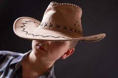 Retrato de un muchacho en un sombrero de vaquero Foto de archivo libre de regalías