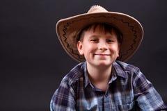 Retrato de un muchacho en un sombrero de vaquero Fotos de archivo libres de regalías