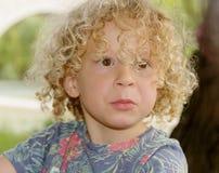 Retrato de un muchacho joven con el pelo rizado rubio imagen de archivo