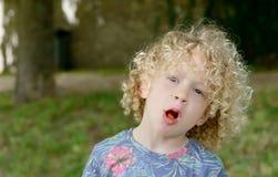Retrato de un muchacho joven con el pelo rizado rubio fotos de archivo libres de regalías