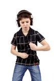Retrato de un muchacho joven feliz que escucha la música y el baile Imágenes de archivo libres de regalías