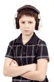 Retrato de un muchacho joven que escucha la música en la cabeza Fotos de archivo libres de regalías