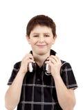 Retrato de un muchacho joven sonriente feliz que escucha la música en la cabeza Imagen de archivo