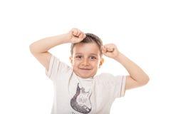 Retrato de un muchacho lindo emocionado con los brazos para arriba aislados fotografía de archivo
