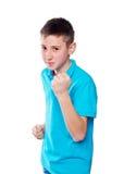 Retrato de un muchacho que señala el finger que muestra las emociones expresivas en un fondo blanco con una camisa azul Fotos de archivo libres de regalías