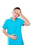 Retrato de un muchacho que señala el finger que muestra las emociones expresivas en un fondo blanco con una camisa azul Fotografía de archivo