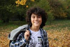 Retrato de un muchacho rizado hermoso Imagen de archivo
