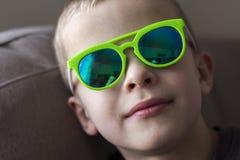 Retrato de un muchacho sonriente bonito del niño en gafas de sol Fotos de archivo