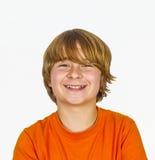 Retrato de un muchacho sonriente con el pelo rubio Imagen de archivo libre de regalías