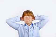Retrato de un muchacho sonriente con el pelo rubio Foto de archivo libre de regalías