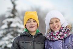 Retrato de un muchacho sonriente con una muchacha en invierno Fotos de archivo libres de regalías