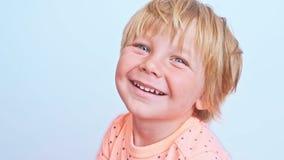 Retrato de un muchacho sonriente lindo almacen de video