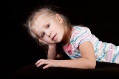 Retrato de un niño de la muchacha que inclina su cabeza en su h Imagen de archivo libre de regalías