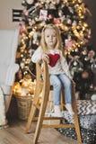Retrato de un niño en un fondo del árbol de navidad adornado Fotografía de archivo