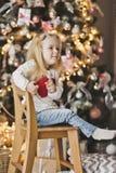 Retrato de un niño en un fondo del árbol de navidad adornado Imágenes de archivo libres de regalías