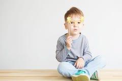 Retrato de un niño feliz con los vidrios de papel amarillos Fotografía de archivo libre de regalías