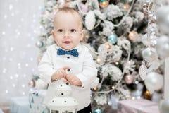Retrato de un niño hermoso en un interior del ` s del Año Nuevo ` S del Año Nuevo y la Navidad Fotos de archivo
