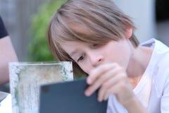 Retrato de un niño de la escuela-edad con un peinado elegante Fotos de archivo libres de regalías