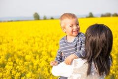 Retrato de un niño pequeño con su madre Imagenes de archivo