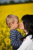 Retrato de un niño pequeño con su madre Imagen de archivo libre de regalías