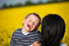 Retrato de un niño pequeño con su madre Fotos de archivo libres de regalías