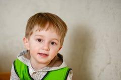 Retrato de un niño pequeño en casa Imagenes de archivo