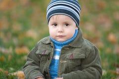 Retrato de un niño pequeño en el parque del otoño fotografía de archivo
