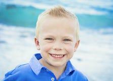 Retrato de un niño pequeño feliz foto de archivo libre de regalías