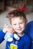Retrato de un niño pequeño hermoso que sostiene su juguete Fotografía de archivo libre de regalías