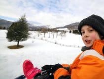 Retrato de un niño pequeño lindo con el casquillo de las lanas y la chaqueta del invierno Fotografía de archivo