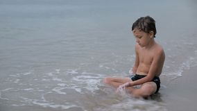 Retrato de un niño pequeño un triste almacen de video