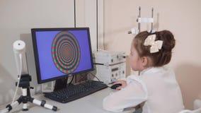 Retrato de un niño que mira el monitor para comprobar la opinión de color almacen de metraje de vídeo