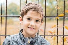 Retrato de un niño rubio sonriente Fotos de archivo