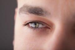 Retrato de un ojo ascendente del cierre hermoso del hombre Imágenes de archivo libres de regalías