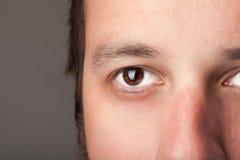 Retrato de un ojo ascendente del cierre hermoso del hombre Imagenes de archivo