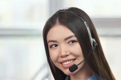 Retrato de un operador de sexo femenino asiático joven del servicio de atención al cliente Fotos de archivo