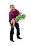 Retrato de un padre y de un hijo de tres años en sus brazos en el s Imágenes de archivo libres de regalías