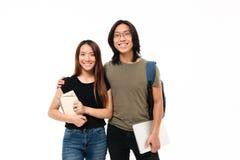 Retrato de un par asiático sonriente de los estudiantes de los jóvenes Foto de archivo
