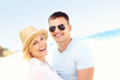 Retrato de un par feliz en la playa Imagen de archivo libre de regalías