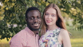 Retrato de un par feliz interracial metrajes