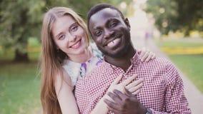 Retrato de un par feliz interracial almacen de metraje de vídeo