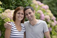 Retrato de un par heterosexual feliz imagenes de archivo