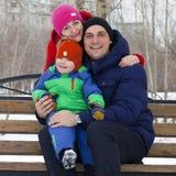 Retrato de un par joven en amor, padres que presentan en el invierno Foto de archivo