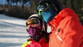 Retrato de un par joven en el centro turístico Nevado Llevan a Ski Goggles And Helmet metrajes